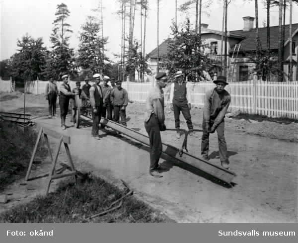 Spårvägen byggs 1910. Mannen vid kärrhjulet är Pelle Pettersson, kusk hos bankdirektör Berggren, Kumo.