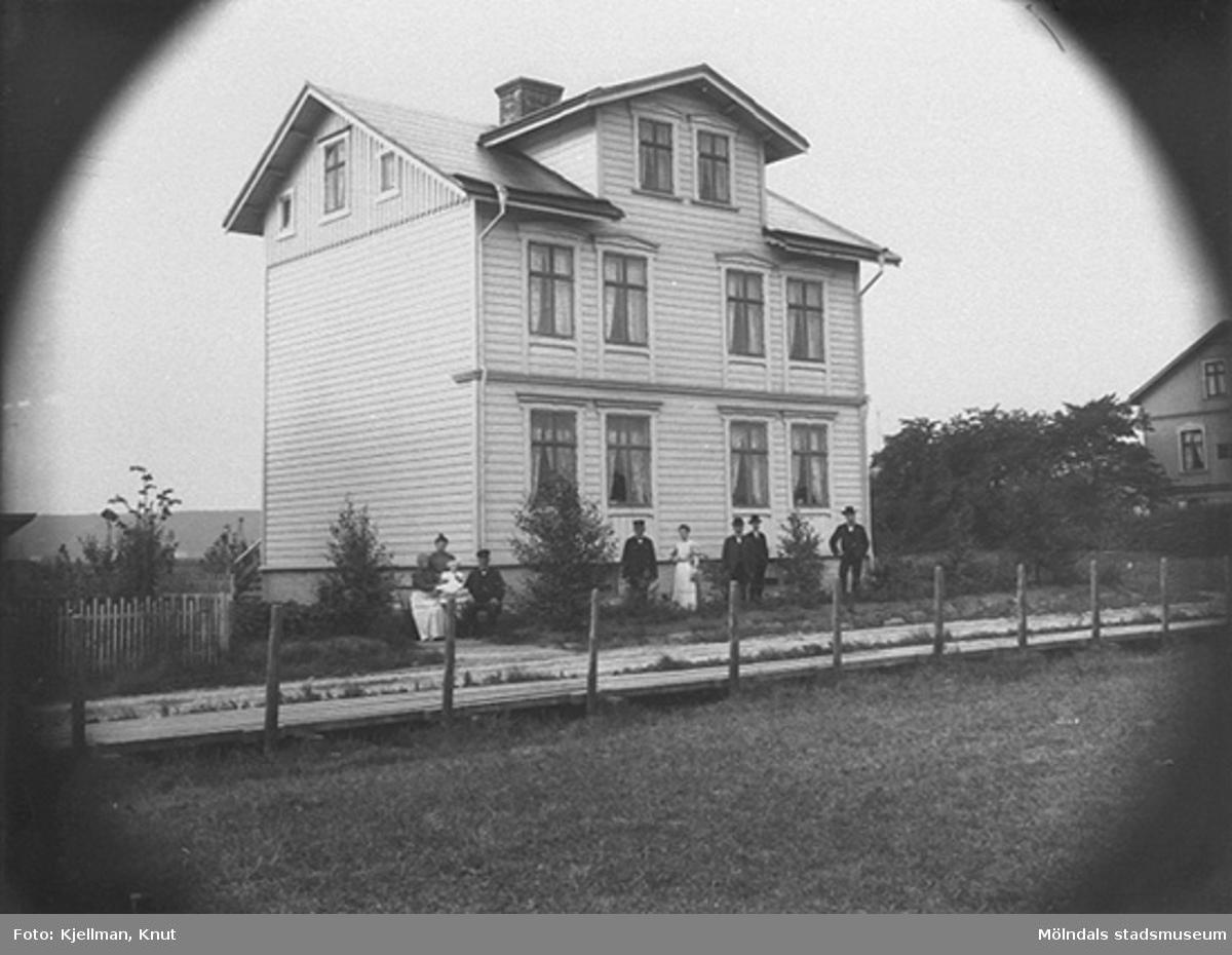 """""""Ekbergs hus"""" som senare kallades """"Skolagret"""" (byggt 1904, rivet 1973) på Frölundagatan 9 (nuv. Brogatan), år 1910. Lägg märke till Frölundagatans trottoar i trä."""