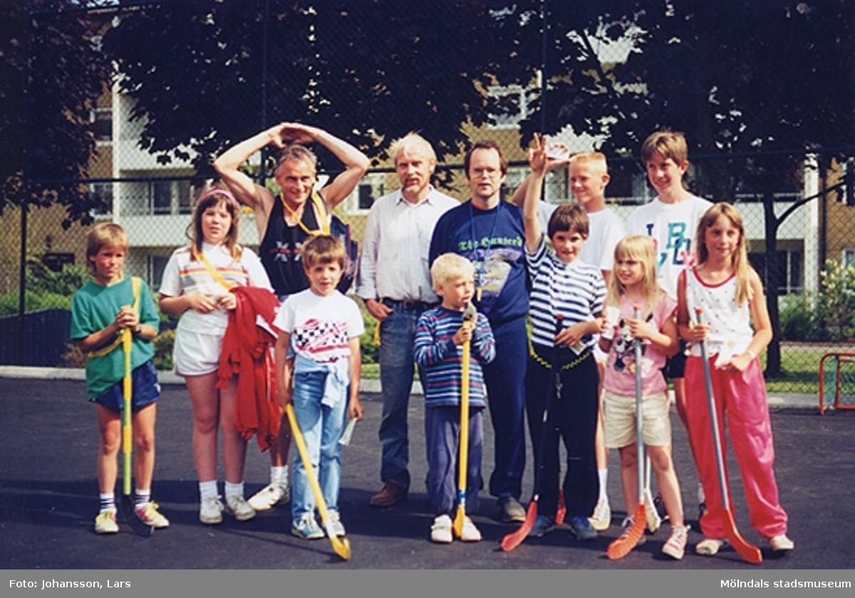 En av bostadsrättsföreningen Tegens gårdsfester i Kvarteret Pinnharven 1989. Man hade bland annat korvservering, poängpromenad, spel, tävlingar, sång- och musikunderhållning m.m. Mannen med höjda armar är Håkan Berg. Mannen i mörk tröja är Mats Berger.