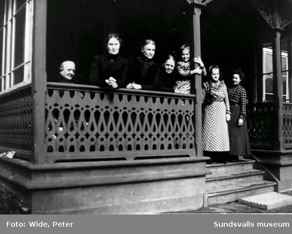 Kvinnor i alla åldrar på Videgårdens veranda.