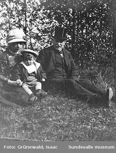 Sigrid Hjertén, fadern Svanthe Hjertén och sonen Iván Grünewald (f. 1911), 1912.