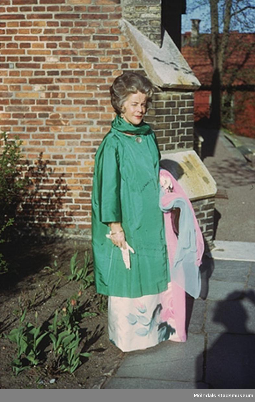 Margit Wannerberg på bröllop utanför S:ta Birgittas kapell. Efter 1975.