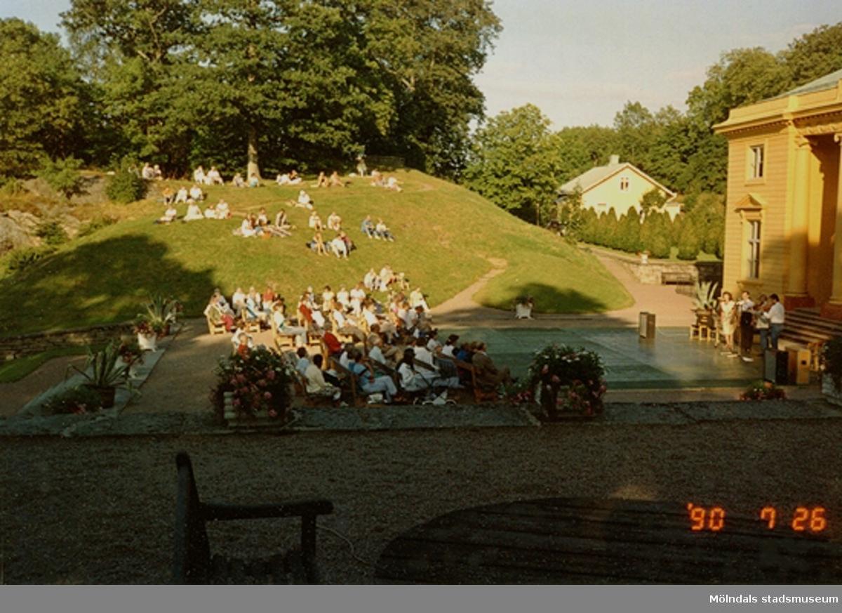 En konsert pågår inför publik på Gunnebo slotts framsida, juli 1990.
