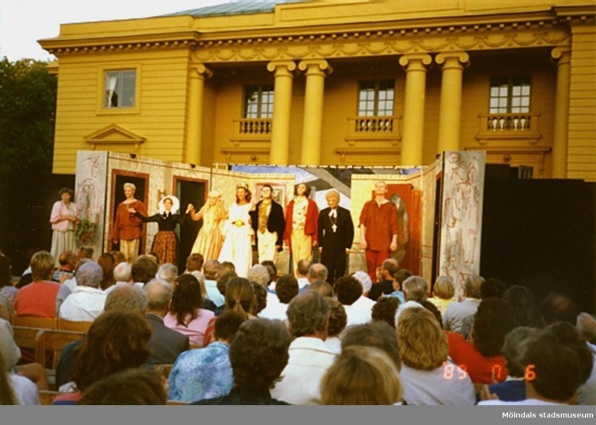 Föreställningen är slut och skådespelarna tackar publiken.