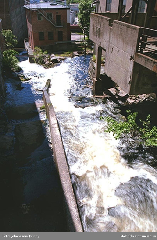 Betongbrygga: Kvarnfallet 11, 12 och 13.Rött tegelhus: F-fabriken (Soab). Kvarnfallet 10.