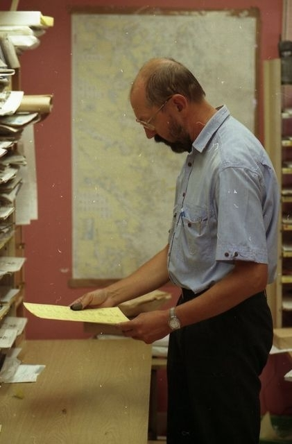 Posten sorteras av lantbrevbärare på postkontoret i Valdemarsvik, 1997.