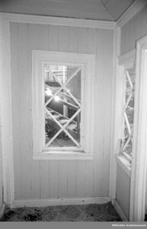 Interiör i fabriksbyggnad. Byggnadsdetalj: Fönster.