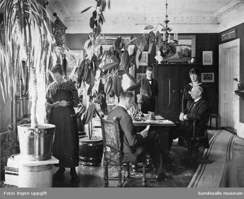 Gustaf Hellgren med familj i den privata lägenheten på brandstationen i Sundsvall. Gustaf, Einar, Inge, Kajsa och Carola Hellgren. Privata bilder med brandchefen för Sundsvalls brandkår Gustaf Hellgren och hans familj.