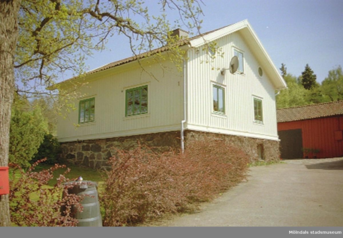 Sandbäcksgatan 1, Parkmätaren 2 i Sandbäck och Rävekärr. 2001-05-15.