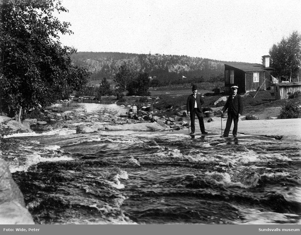 Sidsjöbäcken nedanför bron. Från vänster E. Eriksson och C. R. Carlsson.