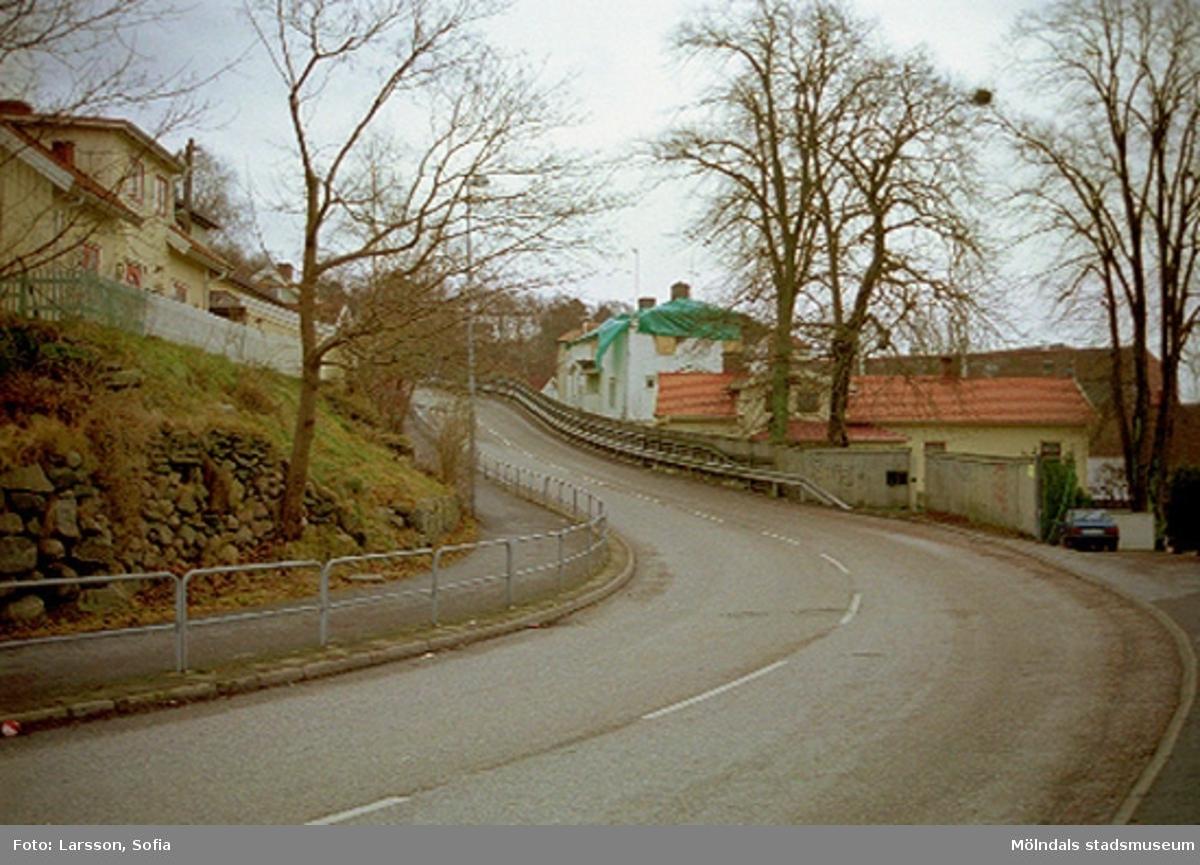 I bildens mitt till höger, ser man Norra Forsåkersgatan 2D, Byggnad 220 (övertäckt med grön plast). Byggnaden brann 2001-12-28 och revs i december 2003.Hitom ligger Byggnad 219 på Norra Forsåkersgatan 2C.