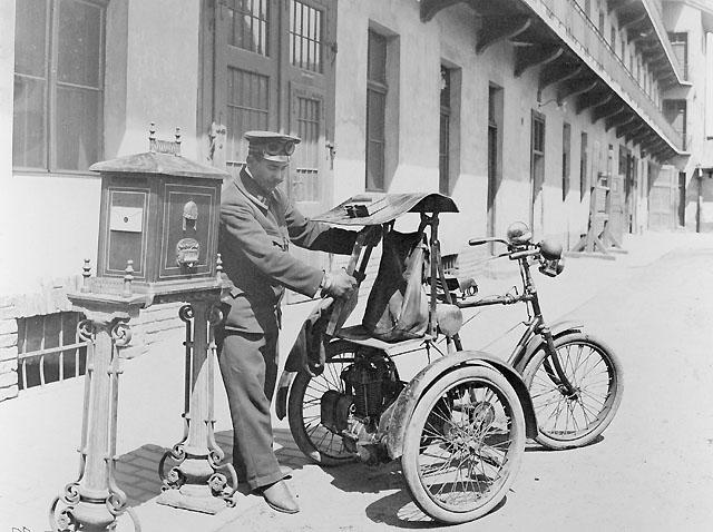 Trehjuling använd vid brevlådtömning innan bilen togs i bruk. Början av 1920-talet.