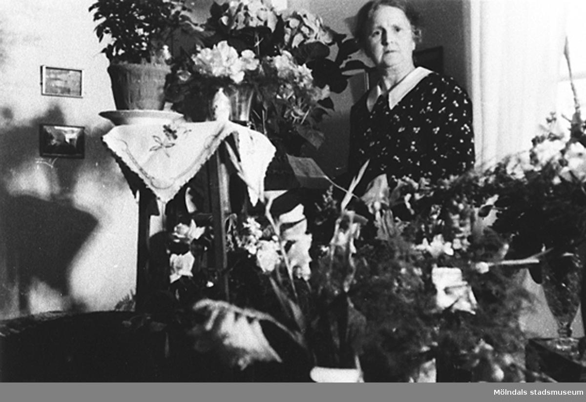 Nora Krantzs födelsedag, troligtvis 60 års-dagen, Stretered 1930-tal. Nora (mormor till givaren) sitter vid ett blomsterbord.