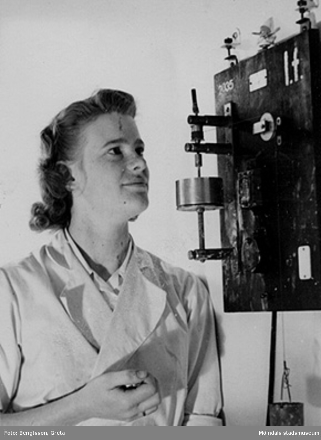 Laborant mäter syratal och viskositet 1943-1946.SOAB-Svenska Oljeslageri AB, Kvarnbygatan, Mölndal.