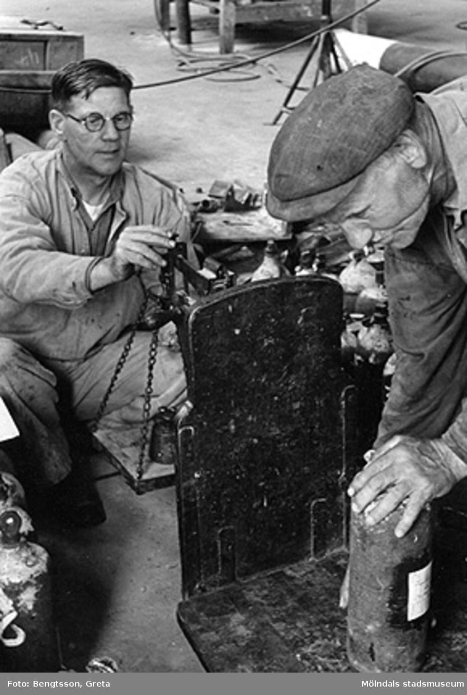Invägning av katalysator på fabriken 1943-1946.SOAB-Svenska Oljeslageri AB, Kvarnbygatan, Mölndal.