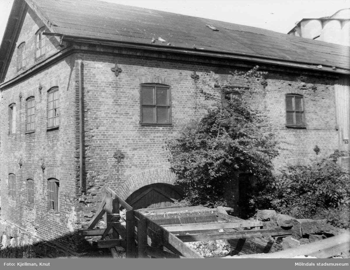 Örns kvarn från strömmen. Man ser kvarnrännan och duvor på taket. Fotot togs 1942 när huset skulle rivas.
