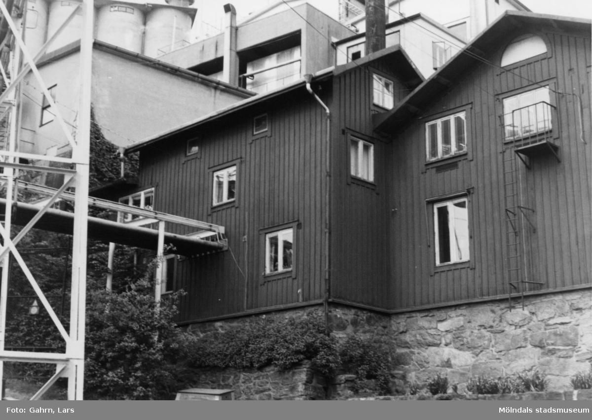 Soabs kontor på Kvarnbygatan 55, tidigare Kvarnfallet 8, 1986-1987. Huset har varit bostadshus och folktandvård. Till vänster ses Soab.
