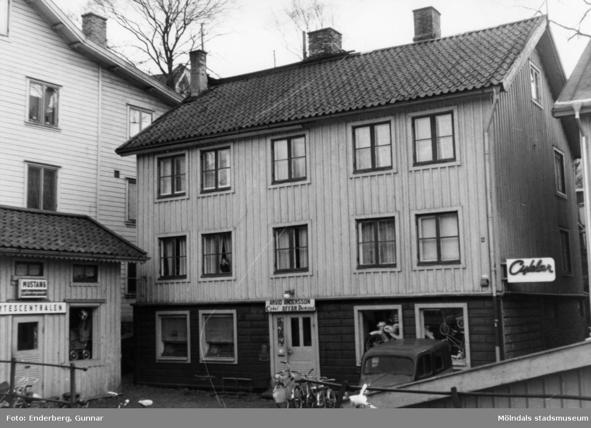 Arvid Anderssons cykelaffär och cykelverkstad. Huset byggdes troligen på 1860-talet.