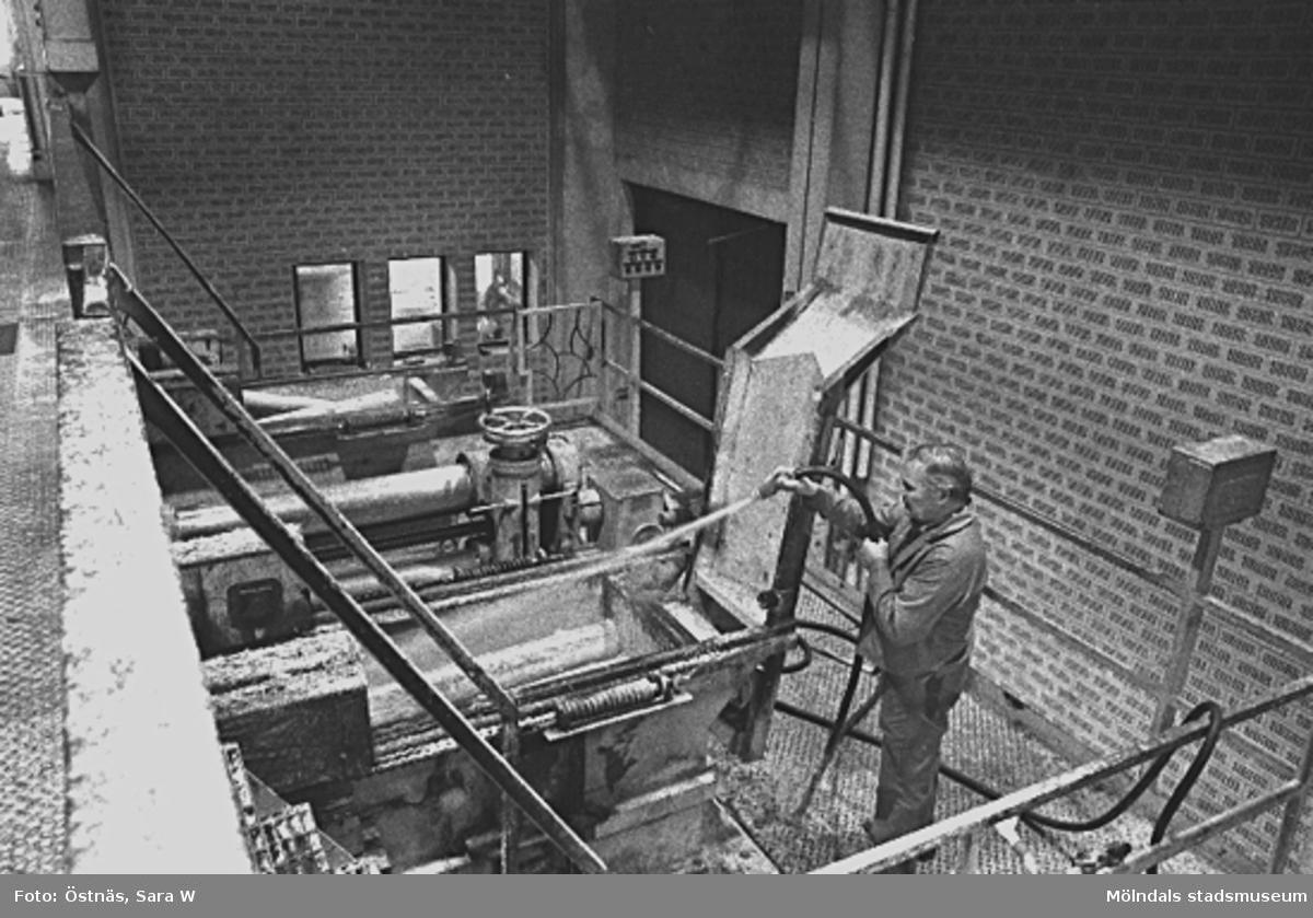 Esko Kiviniemi. Bilden ingår i serie från produktion och interiör på pappers-industrin Papyrus.