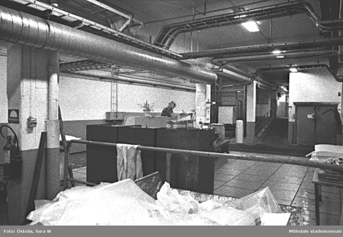 Interiör från pappersfabriken. Gotthard Olsson.Byggnad 6, bottenvåningen. Bilden ingår i serie från produktion och interiör på pappersindustrin Papyrus.