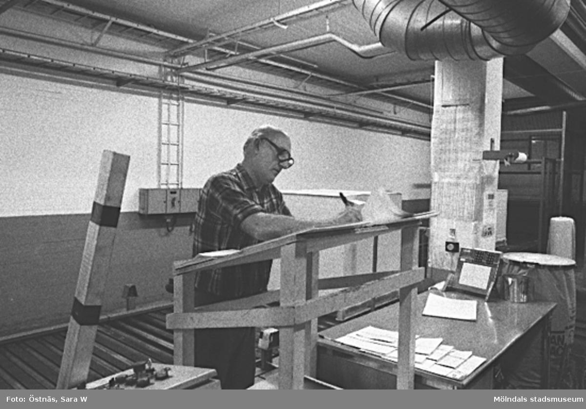 Gotthard Olsson i arbete på pappersfabriken. Byggnad 6, kartongpallpackning. Bottenvåningen. Bilden ingår i serie från produktion och interiör på pappersindustrin Papyrus.