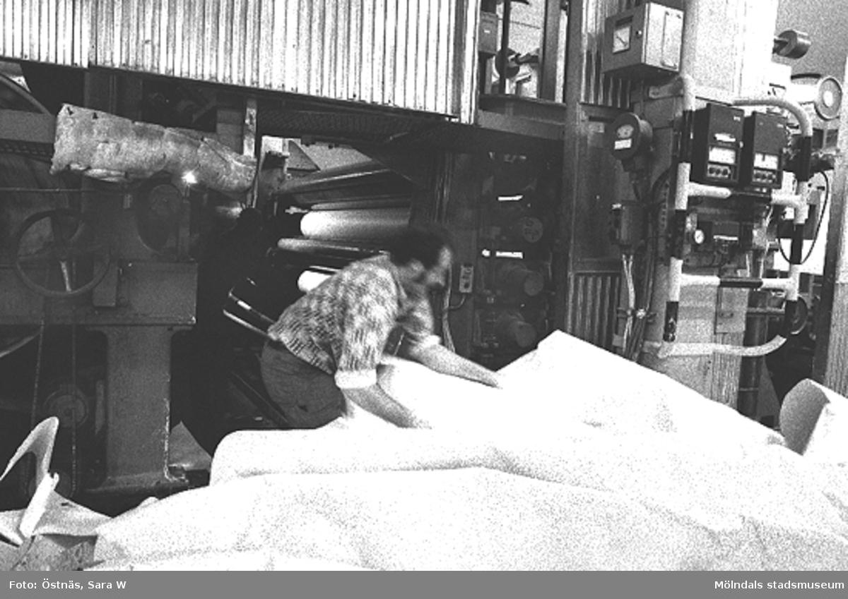En man i arbete. Aarno Aspbäck. Banbrott, kartongmaskin, byggnad 6. Bilden ingår i serie från produktion och interiör på pappersindustrin Papyrus.