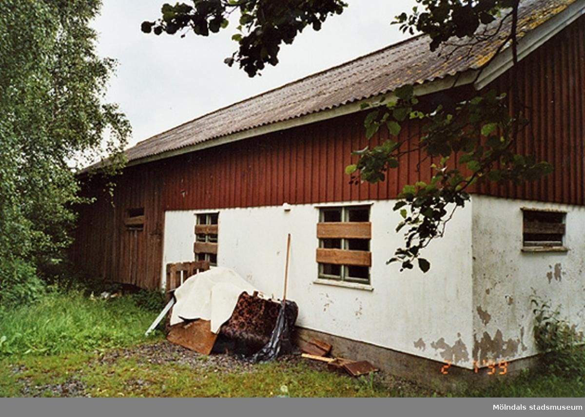 Rivningsdokumentation av en gård.Heljeredsvägen, Heljered 2:14 i Kållered 1999-07-02.