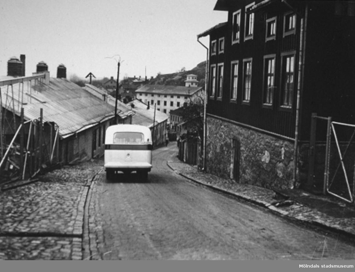 Kvarnbygatan - Kråkan 1936. En av de första bussarna går nedför Kråkan. (Busstrafik i denna backe var en stor sensation och fotograferades därför).