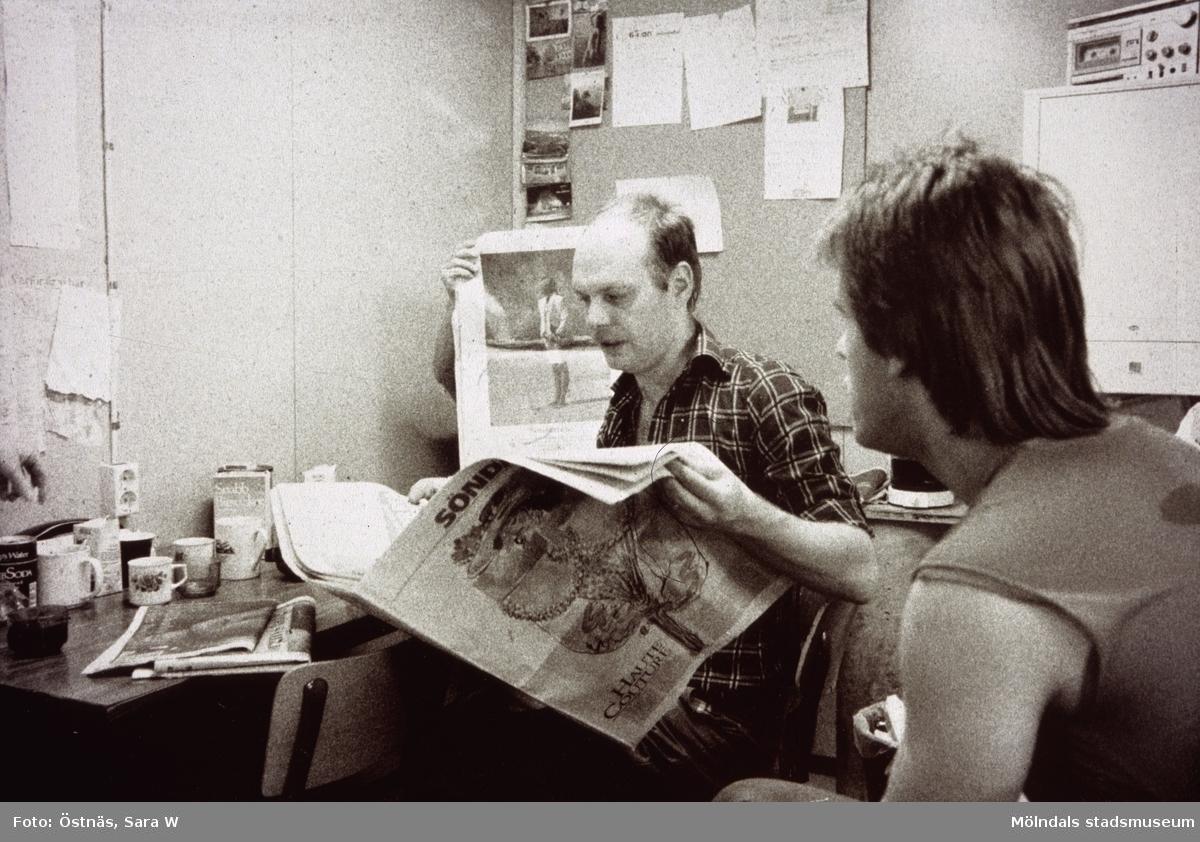 Rast på Papyrus i Mölndal, år 1990. Mannen som läser tidningen är Denny Andersson.