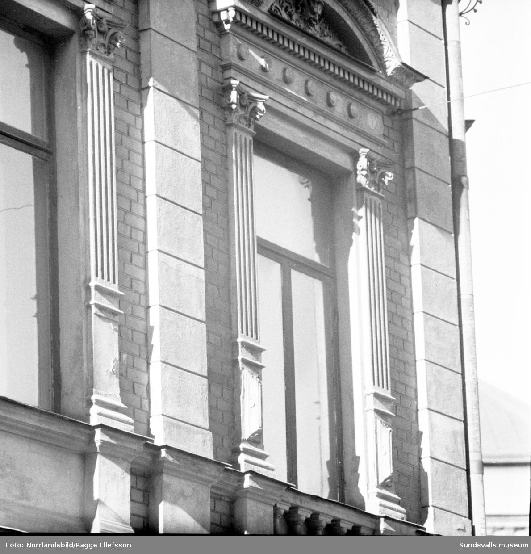 Detaljfoton av ornament på hus i korsningen Tullgatan-Sjögatan i kvarteret Minerva.