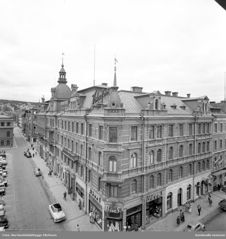 Hirschska huset sett från Forumhuset, Storgatan-Torggatan.
