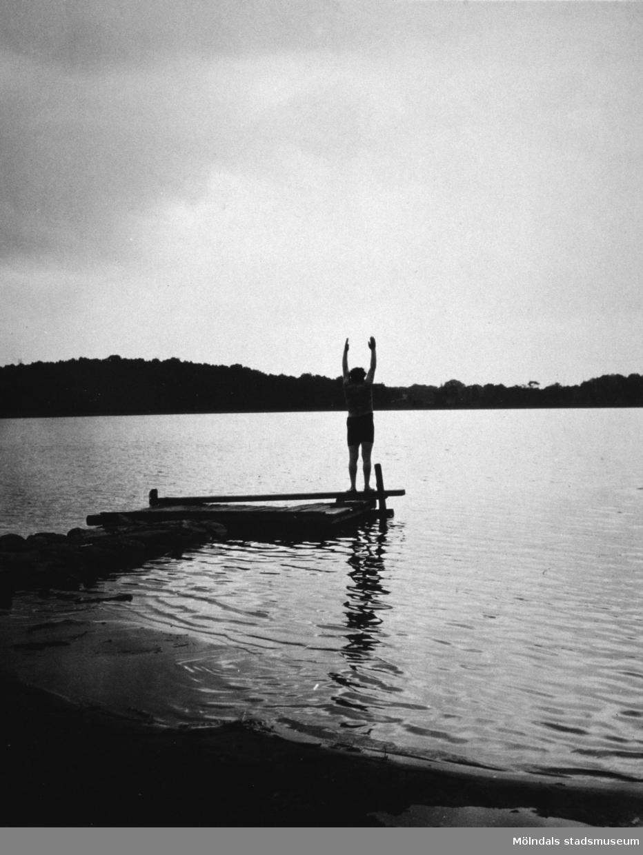 En person står på bryggan i ev. Tulebosjön, cirka 1930.