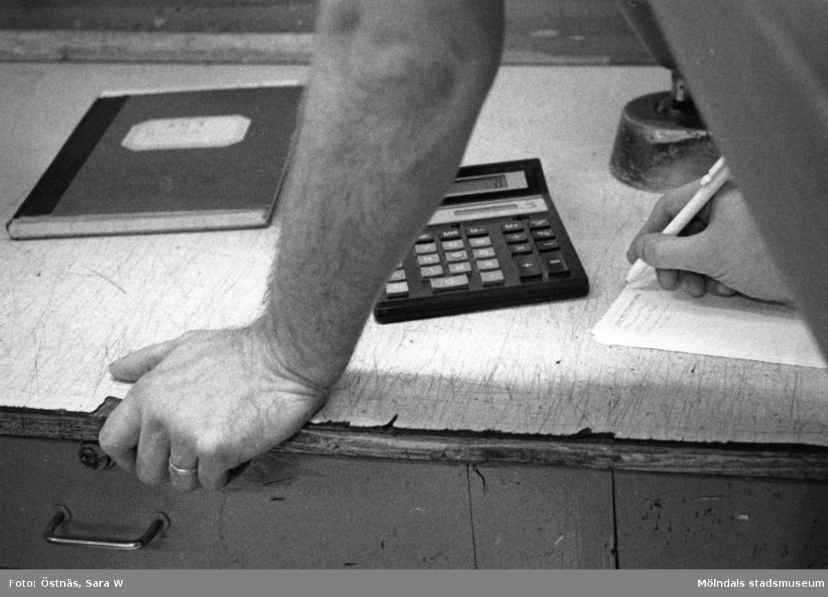 Man i arbete på Papyrus i Mölndal, år 1990.