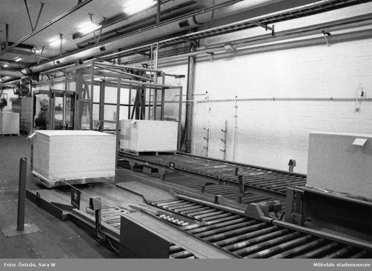 Transport av pall med truck på Papyrus i Mölndal, år 1990.