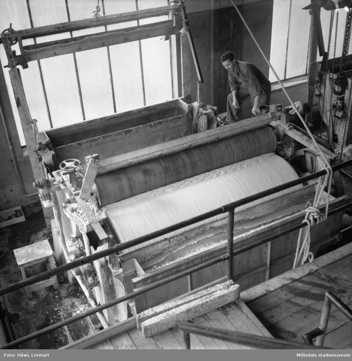 Man i arbete vid sliperiet på Papyrus i Mölndal, 6/5 1955. Urvattnare.