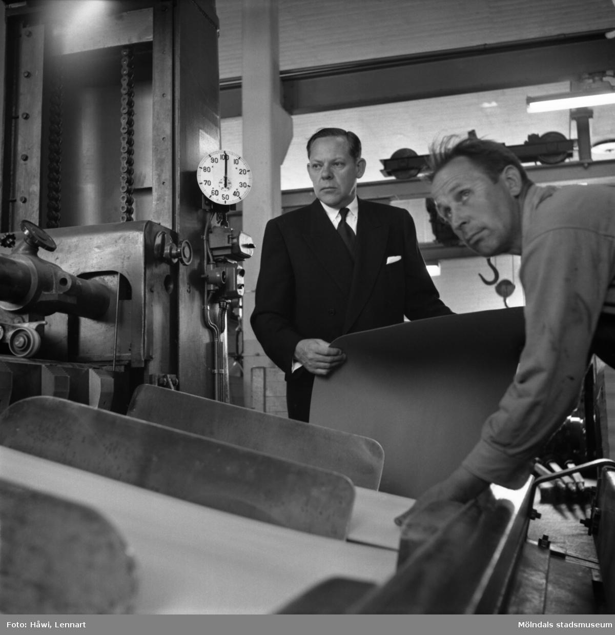 Disponent Hans Hulthén samt en arbetare på Papyrus i Mölndal, 15/6 1955.