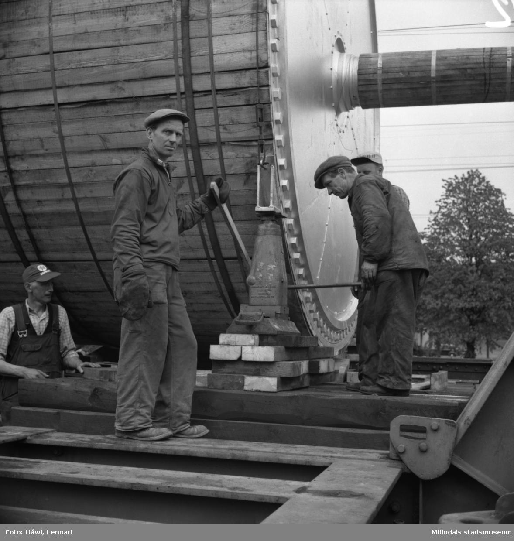 Transport av Papyrus PM2 yankeecylinder. Cylindern lastas från järnvägsvagn till lastfordon i Mölndal, 2/6 1956.