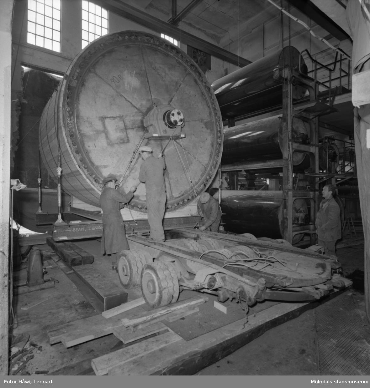 Transport av PM2 yankeecylinder på Papyrus i Mölndal, 12/4 1957.