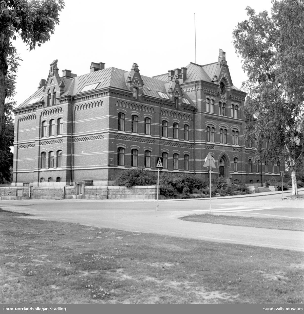 Exteriörbilder på Hedbergska skolan och gamla flickskolan på Floragatan.