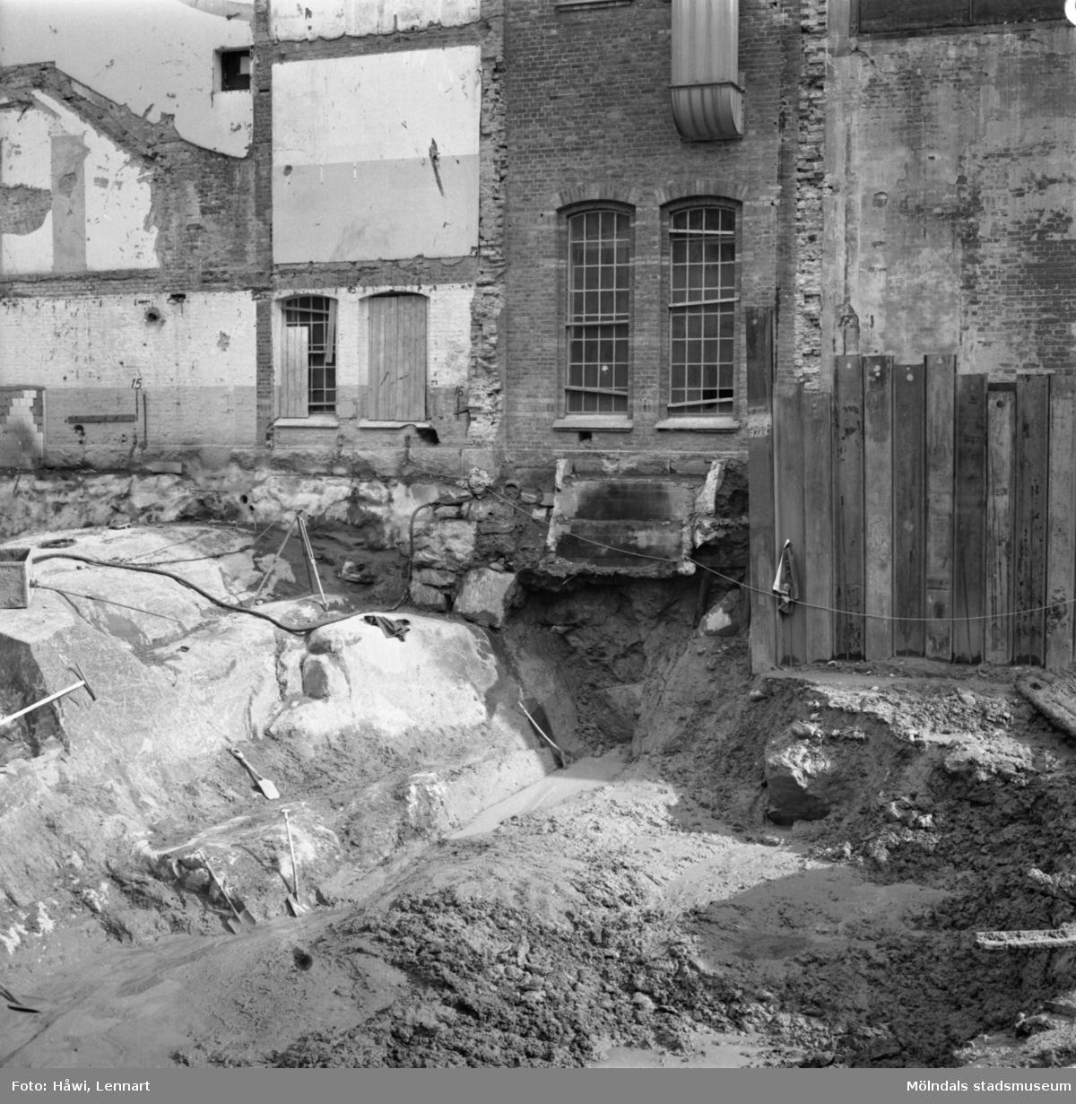 Schaktning vid byggnad nr 9 på Papyrus i Mölndal, 25/8 1964.