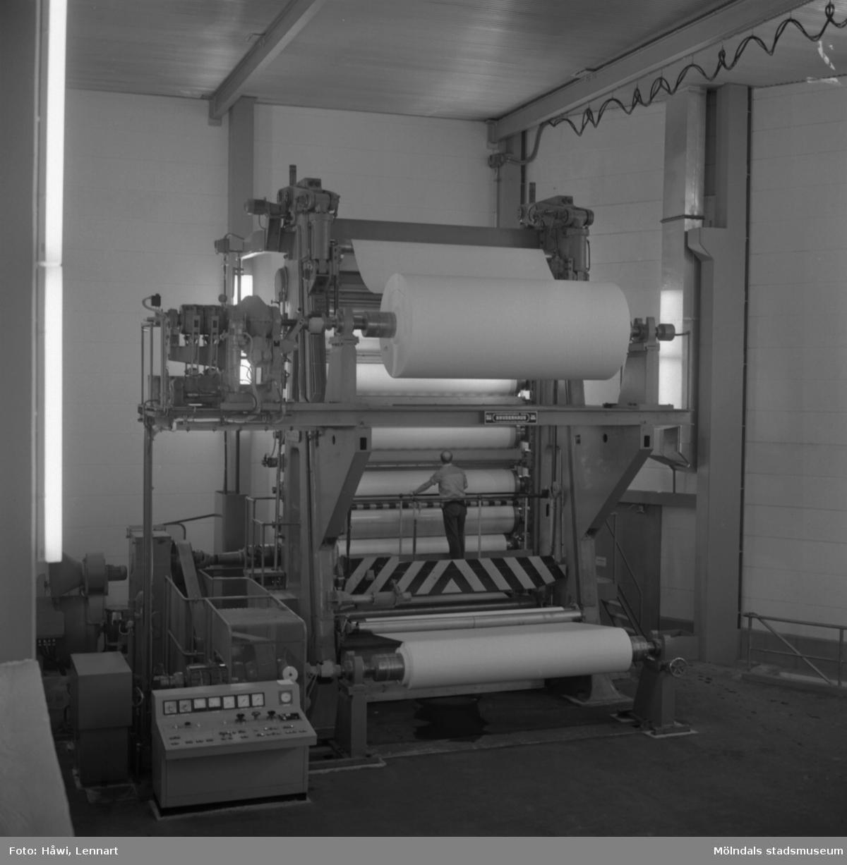 Man i arbete vid glätt nr 5 på Papyrus i Mölndal, 8/9 1965.