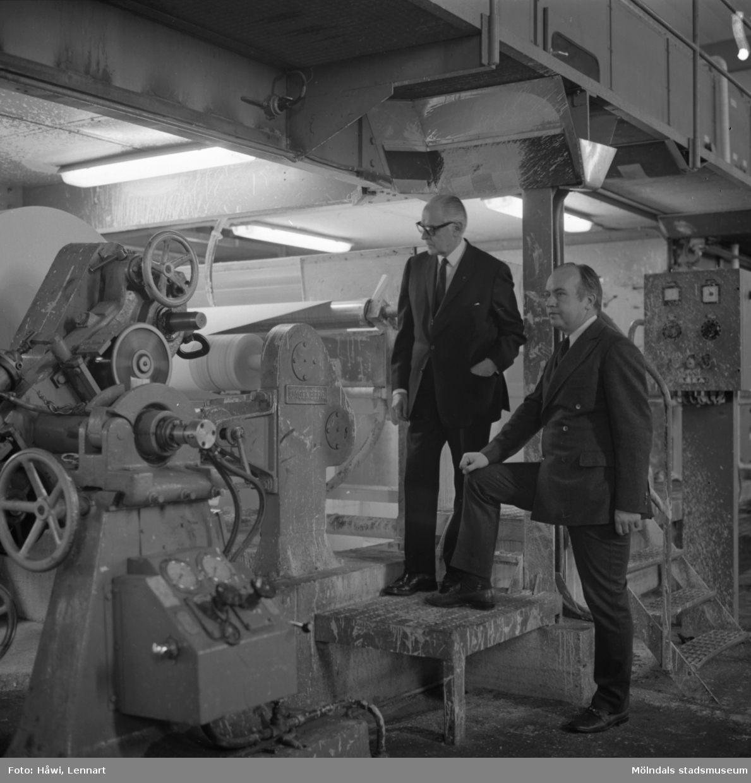 Papyrus direktör William Tibell och ingenjör Gösta Lindgren vid målmaskin på Papyrus i Mölndal, 14/12 1970.