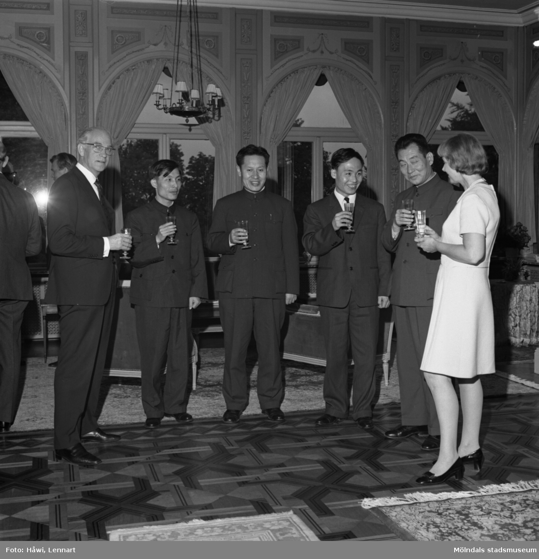 Papyrus får besök av en kinesisk handelsdelegation. Villa Papyrus i Mölndal, 24/9 1971.