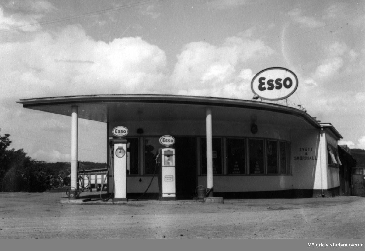 Esso bensinstation i hörnet av Frölundagatan och Toltorps-gatan.