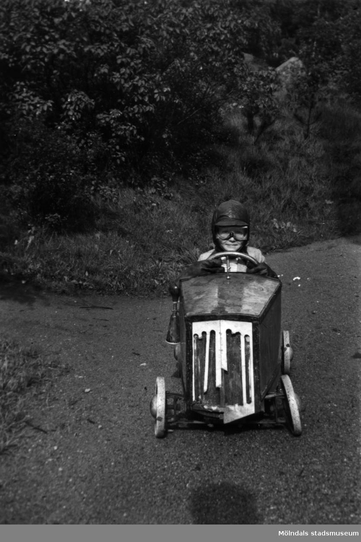 En pojke som kör sin lådbil i Stretered, Kållered.