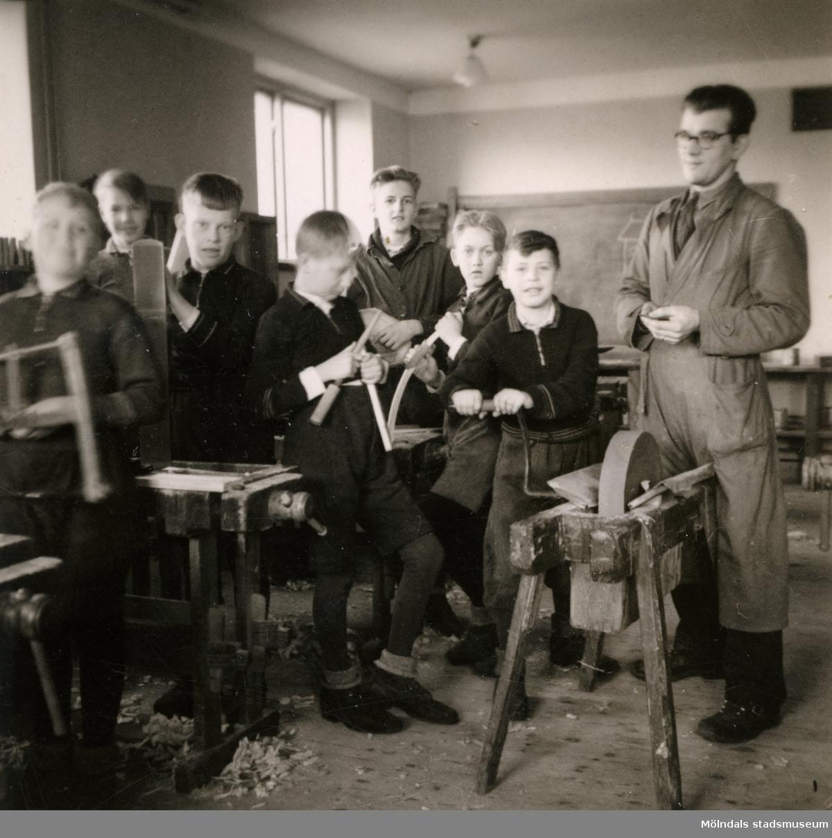 Pojkar med lärare i slöjdsal på Streteredshemmet i Kållered.