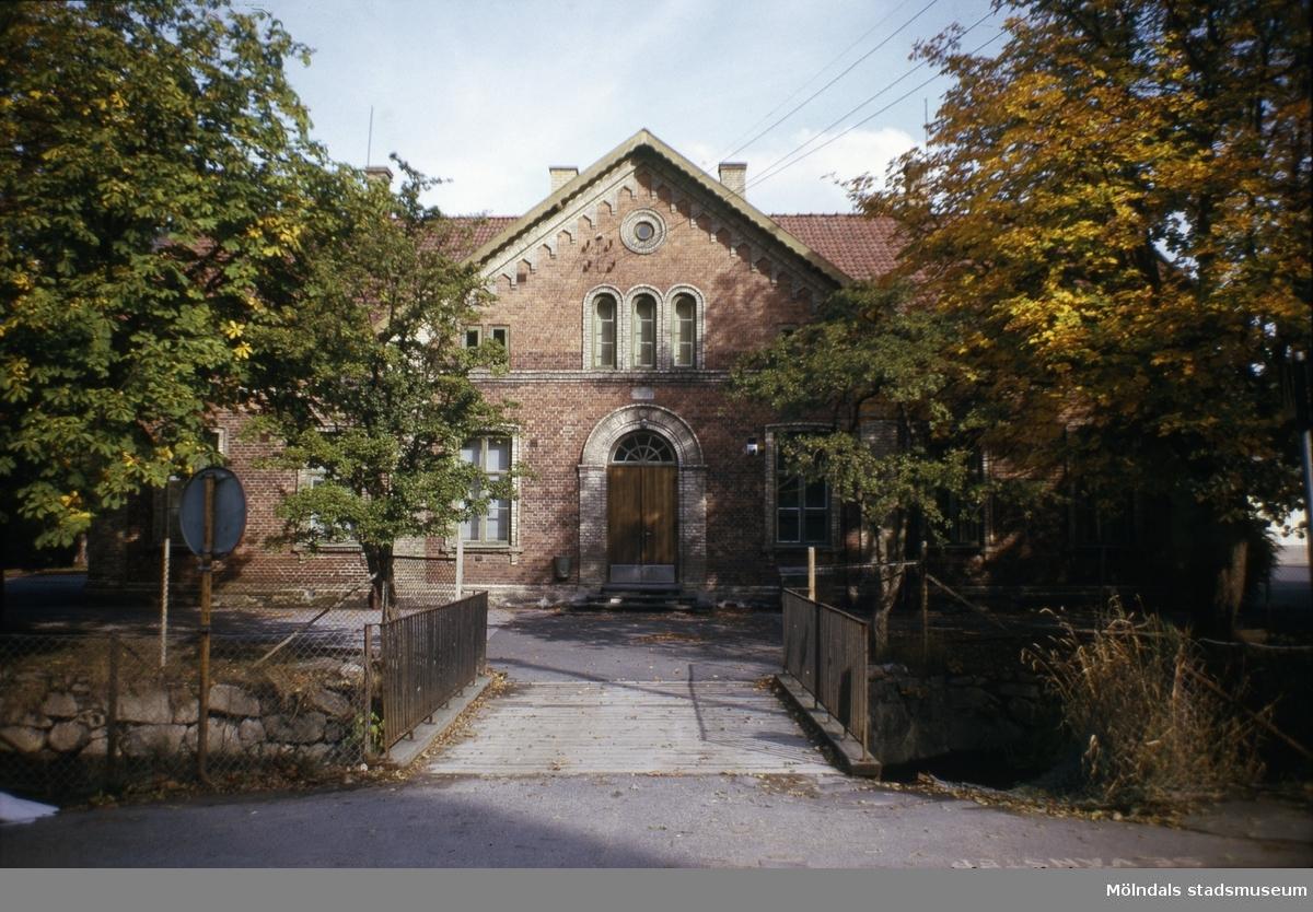 Grevedämmets skola i Mölndal, 1970-tal. Skolan togs i bruk år 1862, men invigdes först sommaren året därpå.