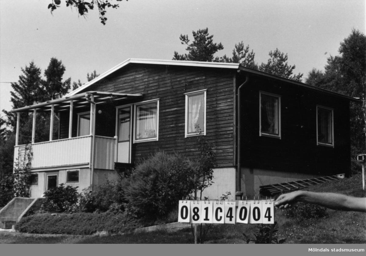Byggnadsinventering i Lindome 1968. Greggered 1:47. Hus nr: 081C4004. Benämning: permanent bostad och två redskapsbodar. Kvalitet, bostadshus och den ena redskapsboden: mycket god. Kvalitet, den andra redskapsboden: mindre god. Material: trä. Tillfartsväg: framkomlig (fast privat).