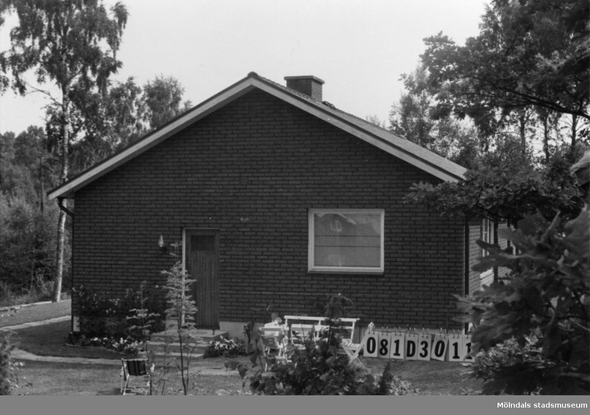 Byggnadsinventering i Lindome 1968. Greggered 3:64. Hus nr: 081D3011. Benämning: permanent bostad. Kvalitet: mycket god. Material: rött tegel. Övrigt: lekstuga. Tillfartsväg: framkomlig. Renhållning: soptömning.