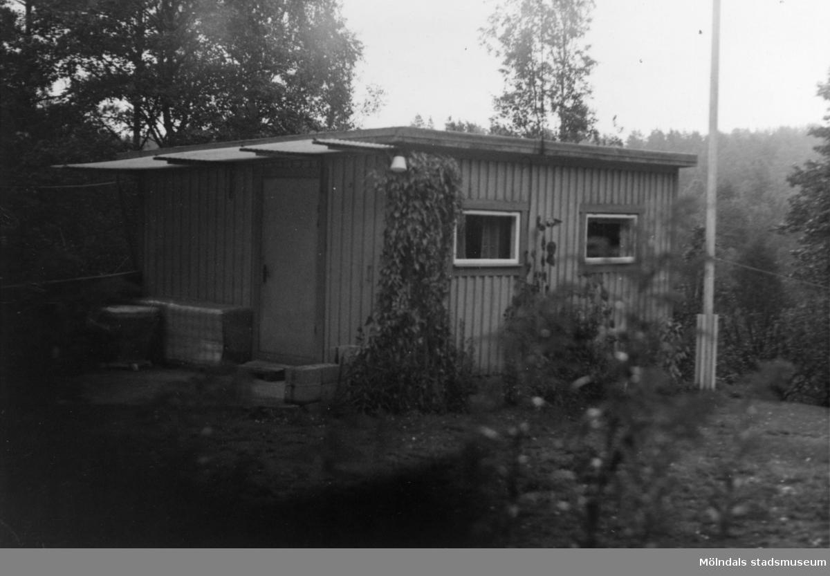 Byggnadsinventering i Lindome 1968. Skräppholmen 2:28. Hus nr: 091B4027. Benämning: fritidshus och redskapsbod. Kvalitet, fritidshus: god. Kvalitet, redskapsbod: mindre god. Material: trä. Tillfartsväg: framkomlig.